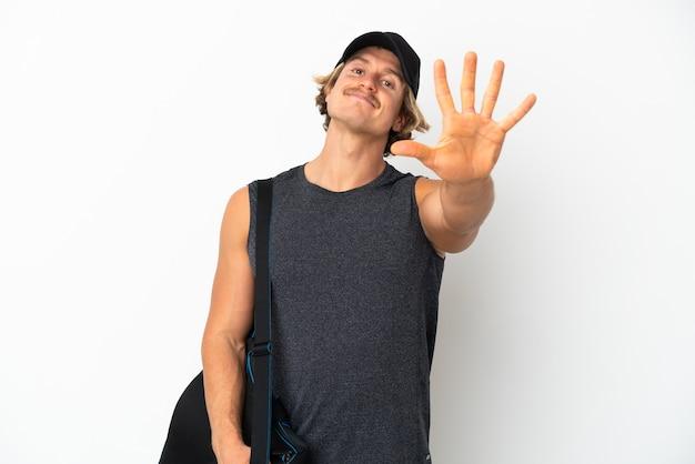 Молодой спортивный человек с изолированной спортивной сумкой