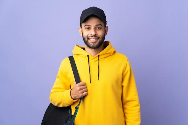 孤立したスポーツバッグを持つ若いスポーツモロッコ人