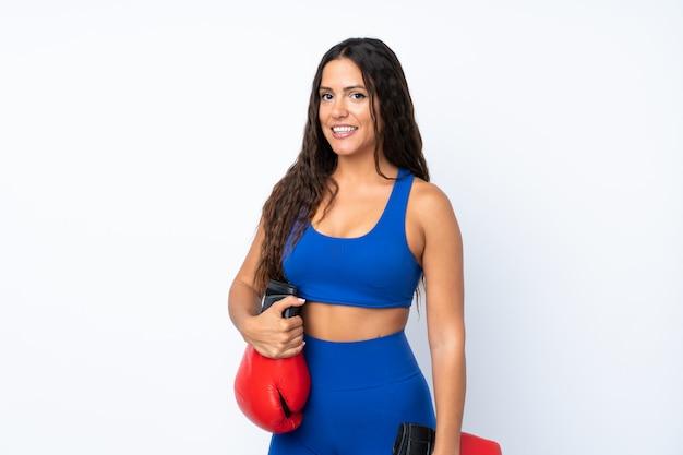 Молодая женщина спорта на белом фоне с боксерскими перчатками