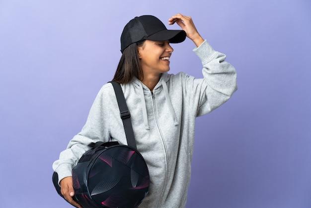 スポーツバッグを持つ若いスポーツ女性は何かを実現し、解決策を意図しています
