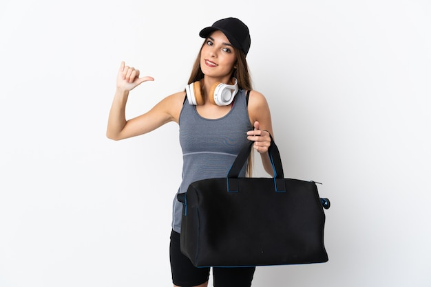 자랑스럽고 자기 만족 흰색 배경에 고립 된 스포츠 가방 젊은 스포츠 여자