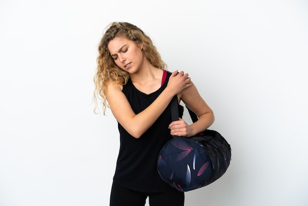 白い背景で隔離のスポーツバッグを持つ若いスポーツ女性