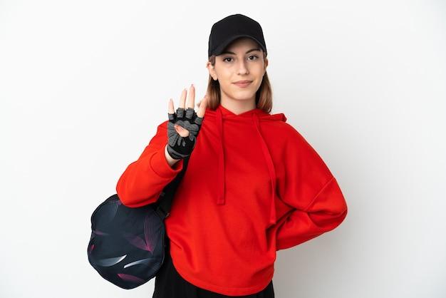 Молодая спортивная женщина с изолированной спортивной сумкой