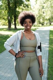 公園でのアクティブウェアトレーニングの若いスポーティーな女性