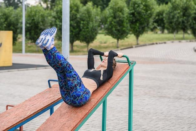 腹筋運動をしている若いスポーティーな女性