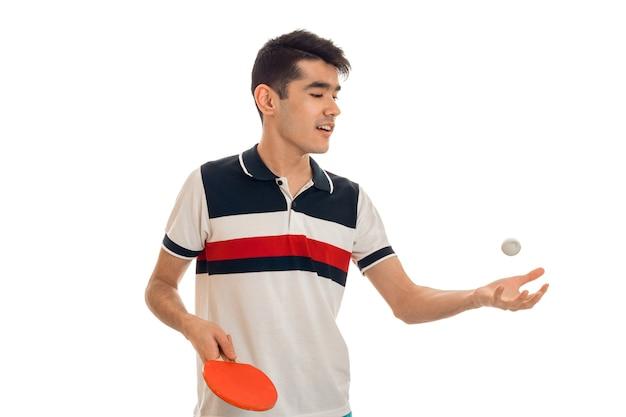 白い背景で隔離のピンポンを訓練する若いスポーツ男