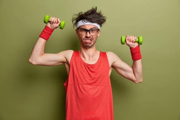 고립 된 그의 훈련을 위해 준비하는 젊은 스포츠맨