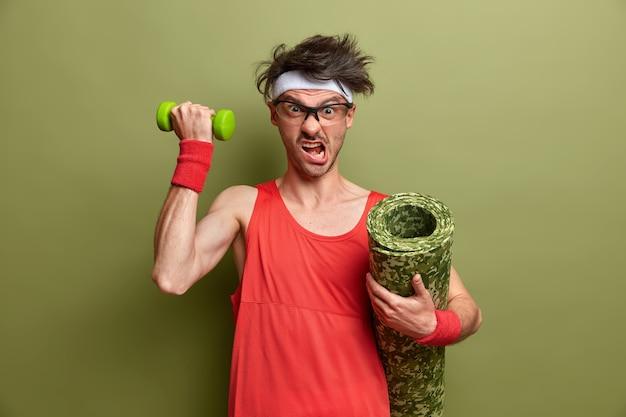 孤立した彼のトレーニングの準備をしている若いスポーツマン