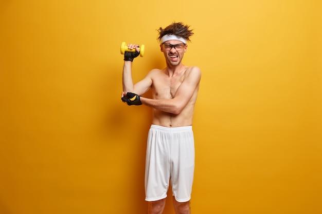 Il giovane sportivo si prepara per la sua formazione isolata