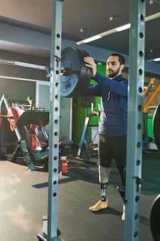 Тренировка молодого спортсмена в спортзале