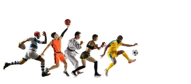 흰색 스튜디오 배경에서 달리고 점프하는 젊은 스포츠맨. 스포츠, 운동, 에너지 및 역동적이고 건강한 생활 방식의 개념. 훈련, 모션 연습. 전단. 농구, 축구, 럭비.