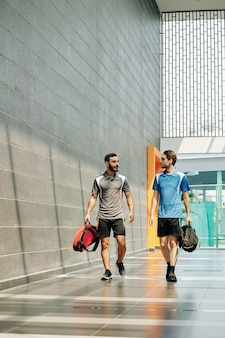 Юные спортсмены, идущие в тренажерный зал