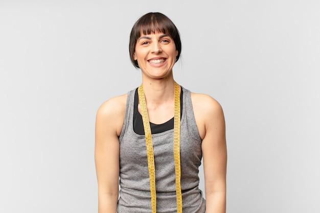 Молодая спортсменка, практикующая фитнес
