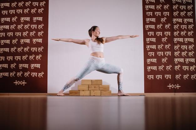 若いスポーティな魅力的な女性のヨガの練習、ヨガのポーズで瞑想