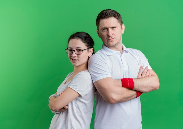 스포티 한 젊은 부부 남자와 여자는 녹색을 통해 서로 옆에 자신감을 찾고