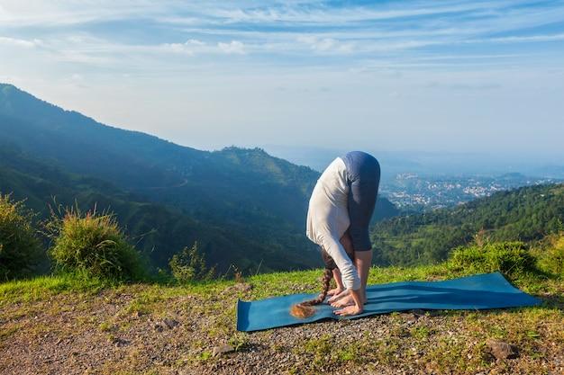 Молодая спортивная здоровая женщина занимается йогой приветствие солнцу сурья намаскар