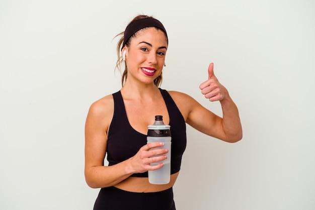 Молодой спортивный фитнес женщина пьет воду из бутылки, изолированные на белом фоне