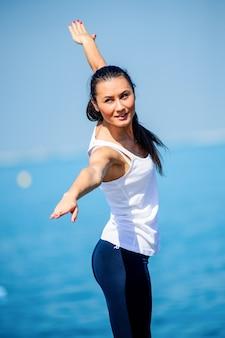 ビーチで彼女の時間を楽しんでいるスポーティな少女