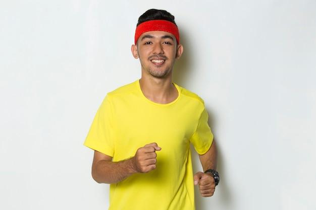 흰색 바탕에 노란색 티셔츠를 입은 스포티한 젊은이