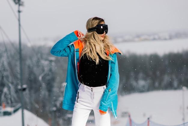 スノーボード、メガネと冬の若いスポーティな笑顔の女性