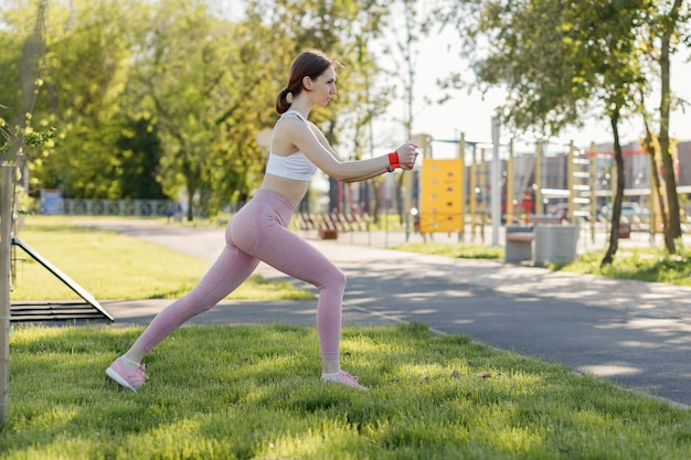 公園で屋外スポーツをしている若いスポーティな女性