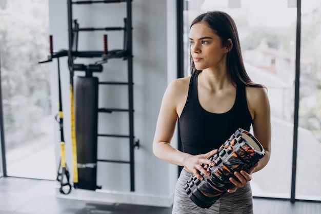 체육관에서 운동하는 젊은 스포티 한 여자