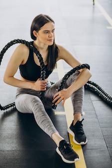 ジムで運動する若いスポーティな女性
