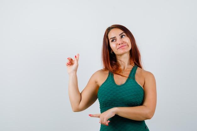 Giovane donna sportiva in un bodycon verde