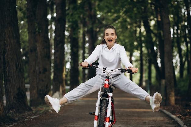 공원에서 자전거를 타는 젊은 스포티 한 여자