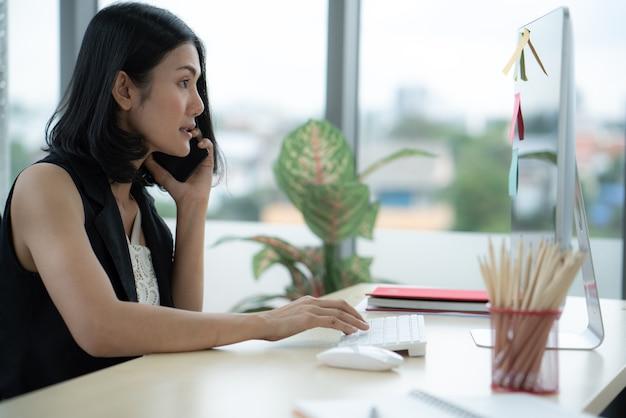 온라인 판매 작업에서 컴퓨터로 작업하는 젊은 직원