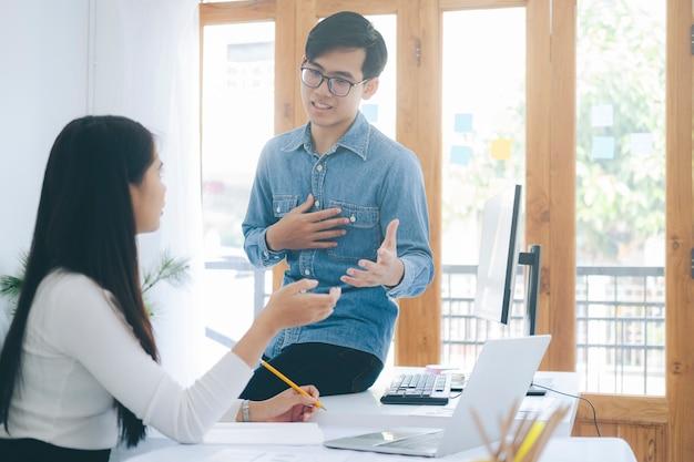 Совместная мозговая атака молодых стартап-бизнесменов для обсуждения инвестиций в новый проект