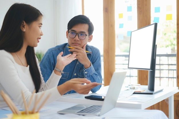 若いスタートアップビジネスマンのチームワークブレーンストーミング会議で、新しいプロジェクトへの投資について話し合います。