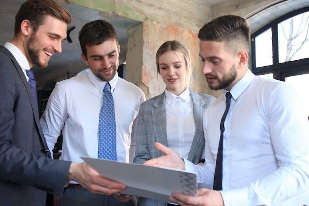 젊은 신생 기업인 팀워크 브레인스토밍 회의에서 투자에 대해 논의합니다.