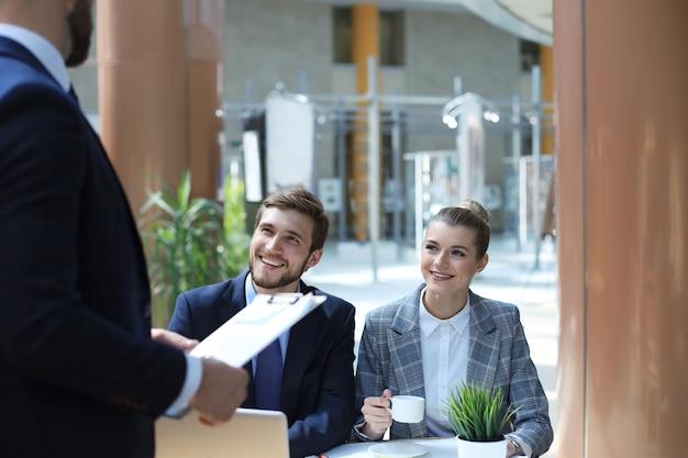 若いスタートアップのビジネスマンが投資について話し合うためのブレーンストーミング会議をチームワークします。