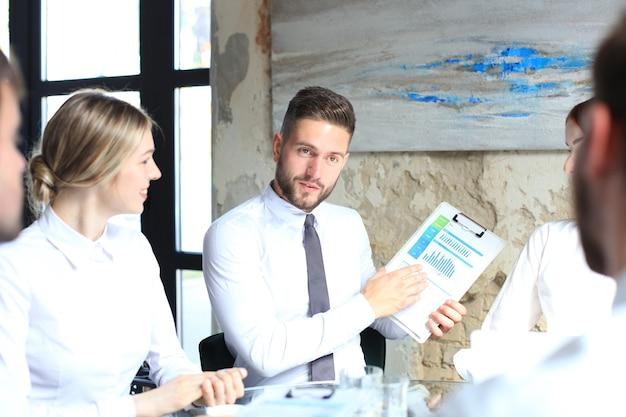 若いスタートアップビジネスマンのチームワークブレーンストーミング会議で投資について話し合います。