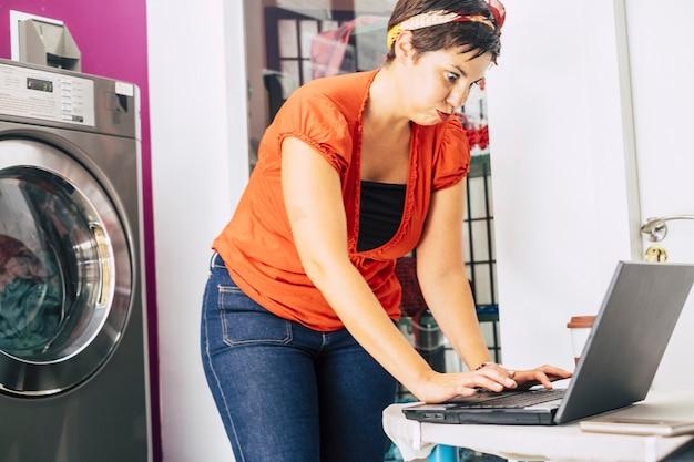 Молодая напряженная дама за работой в магазине автоматических ковриков для стирки - нюхайте и решайте проблемы с помощью портативного компьютера и интернет-бизнеса - новая концепция работы для миллениалов использует техно