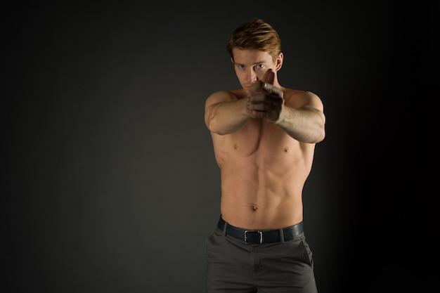 Молодой сильный спортивный красивый мужчина позирует