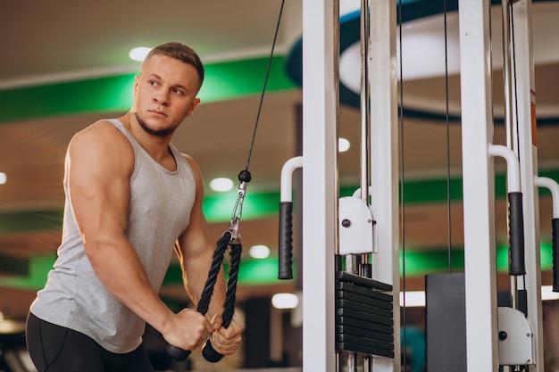 체육관에서 운동하는 강한 젊은이