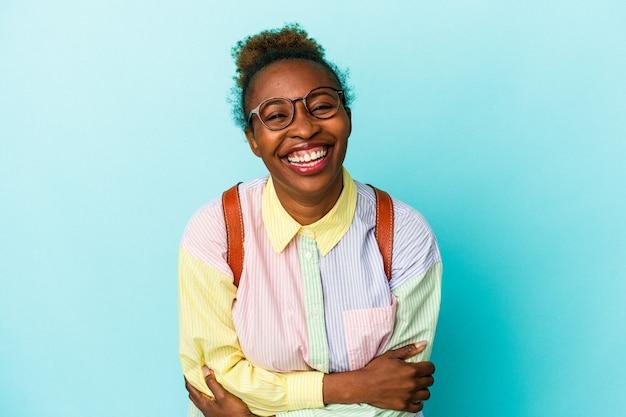 笑って楽しんでいる孤立した背景上の若い学生アフリカ系アメリカ人女性。