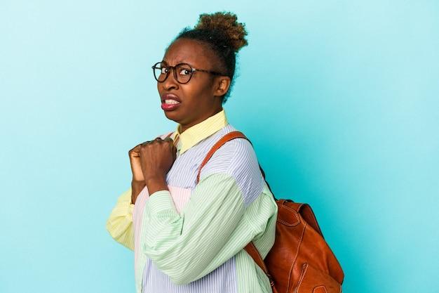 Молодой студент афро-американских женщина на изолированном фоне испугался и испугался.