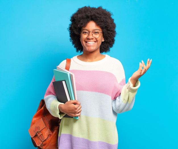 幸せを感じている若い学生アフロ女性