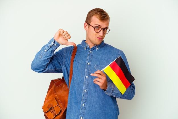 흰색에 고립 된 독일어를 공부하는 젊은 학생 백인 남자는 자부심과 자신감을 느낍니다.