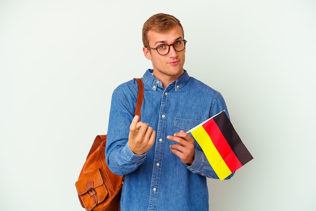 Молодой студент кавказский человек, изучающий немецкий язык, изолированные на белом, указывая пальцем на вас, как будто приглашая подойти ближе.