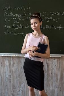 어린 학생이 칠판에 hight 수학 공식을 푸는 것을 설명합니다.