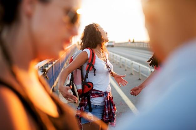 夏を楽しんでいると彼女の友達と旅行の若い学生の女の子。