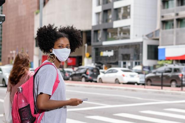 学校に戻る途中の若い学生の女の子黒人の十代の女の子