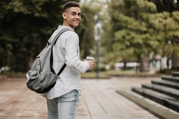 대학에 가는 젊은 학생. 뒤에서 쐈어.