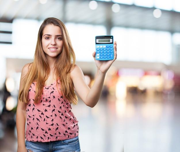 若い学生は、白地に電卓をholdign