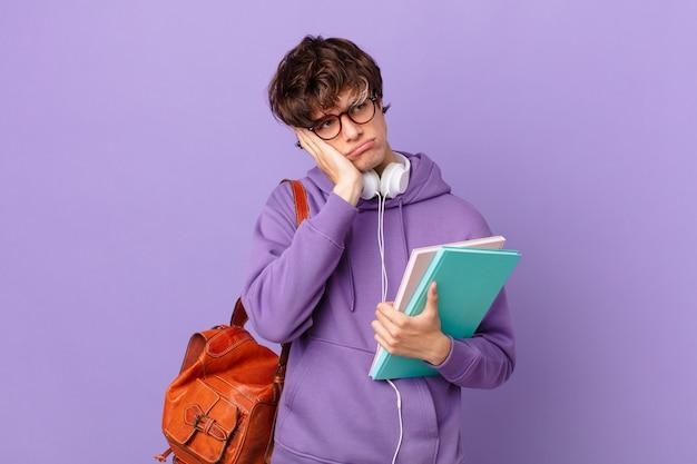 Молодой студент чувствует скуку, разочарование и сонливость после утомительного