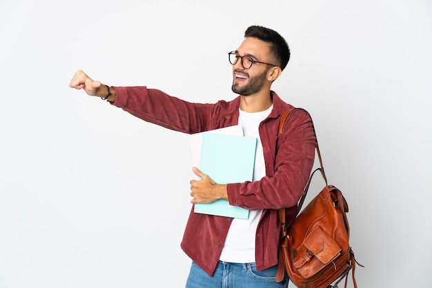 제스처를 엄지 손가락을주는 흰색 배경에 고립 된 젊은 학생 남자